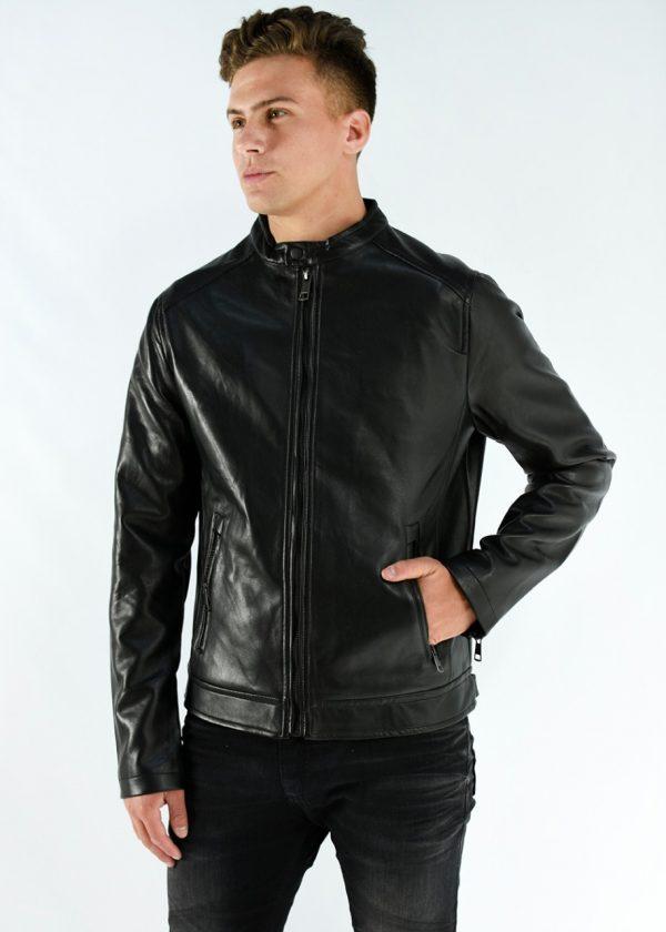 Campera de ecocuero de hombre en color negro con bolsillos, en talles S,M,L,XL,XXL. Cuidados: lavar con agua fría.