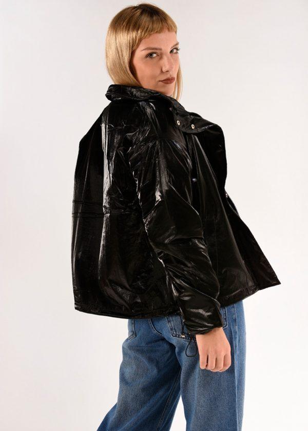 Campera Keyla metaliaza negra, ideal para usarla esta nueva temporada.