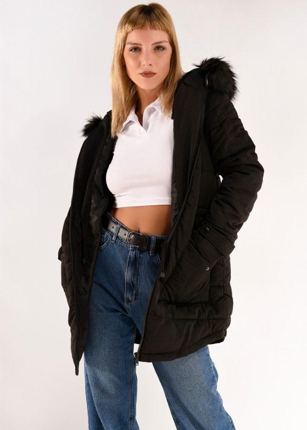 Campera larga con capucha con piel, en color negra, en talles S,M,L,XL
