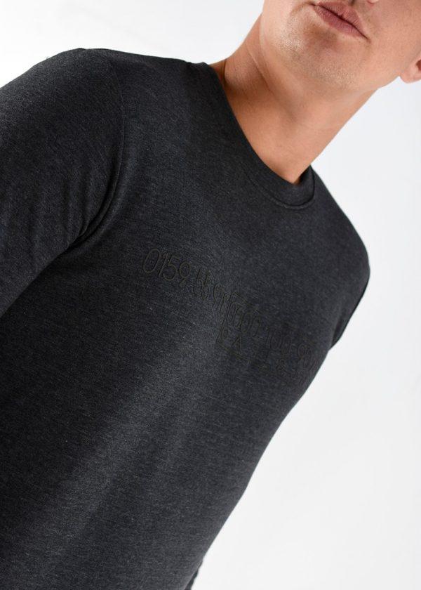 Buzo rustico mangas largas, en color gris con una estampa a tono, en talles S,M,L,XL,XXL. Adelanto de la nueva temporada de invierno 2021. Cuidados: lavar con agua fría.