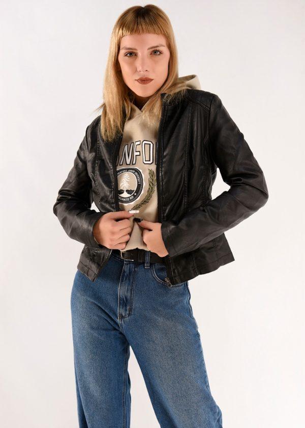 Campera de simil cuero de mujer en color negro con detalles a color, en talles XS,S,M,L,XL. La modelo mide 1.70m y usa una campera talle S.