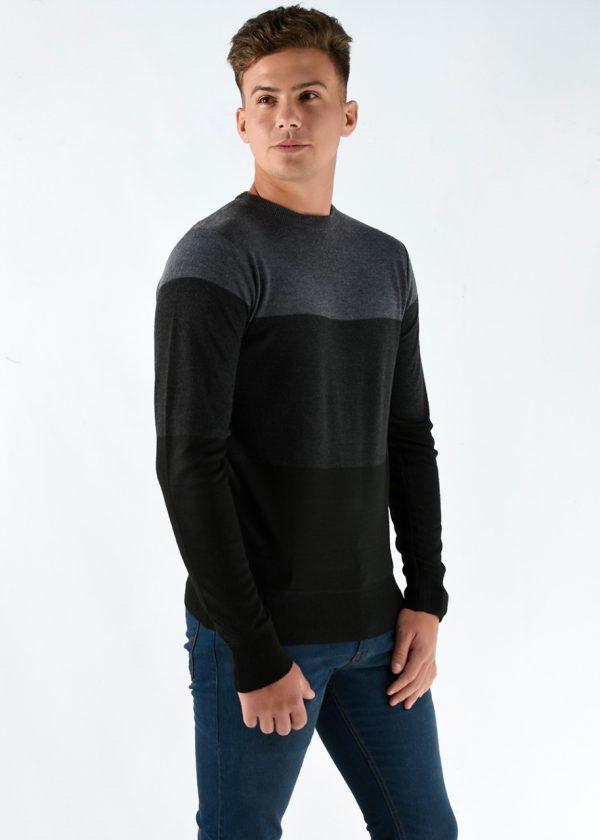 Sweater color gris tricolor cuello redondo El modelo mide 1.80m y usa un talle M. Cuidados: lavar con agua fría.