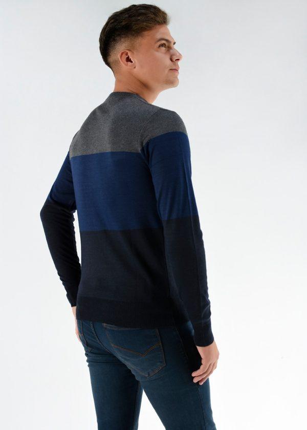 Sweater color azul tricolor cuello redondo El modelo mide 1.80m y usa un talle M. Cuidados: lavar con agua fría.